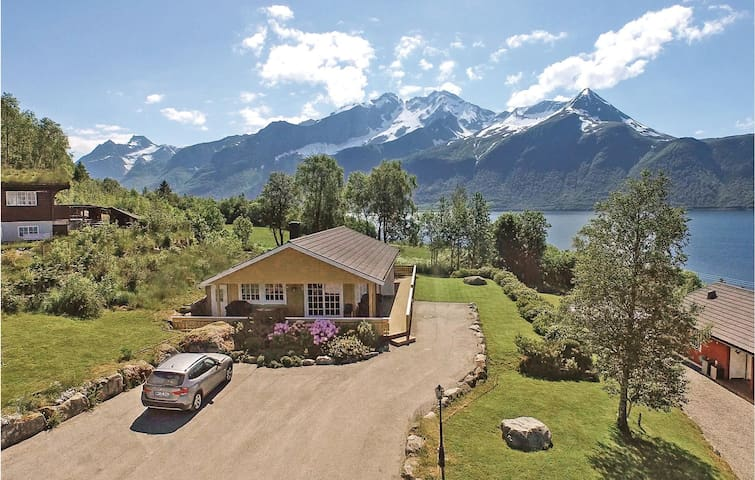 Holiday cottage with 4 bedrooms on 120m² in Hundeidvik