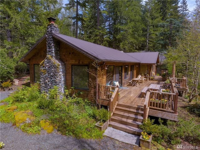 Amazing Two Building Cabin, Sleeps 2-10, Hot Tub