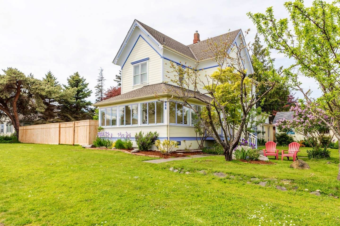 Large Victorian farmhouse! 5 bedrooms, 4 bathrooms and a yard! Just blocks from it all!