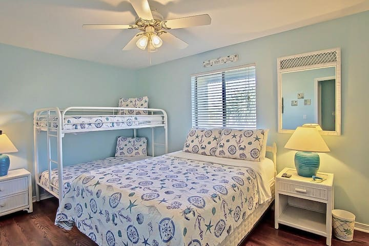 Bedroom 2 offers: a queen bed and bunk beds & Wall mounted TV,