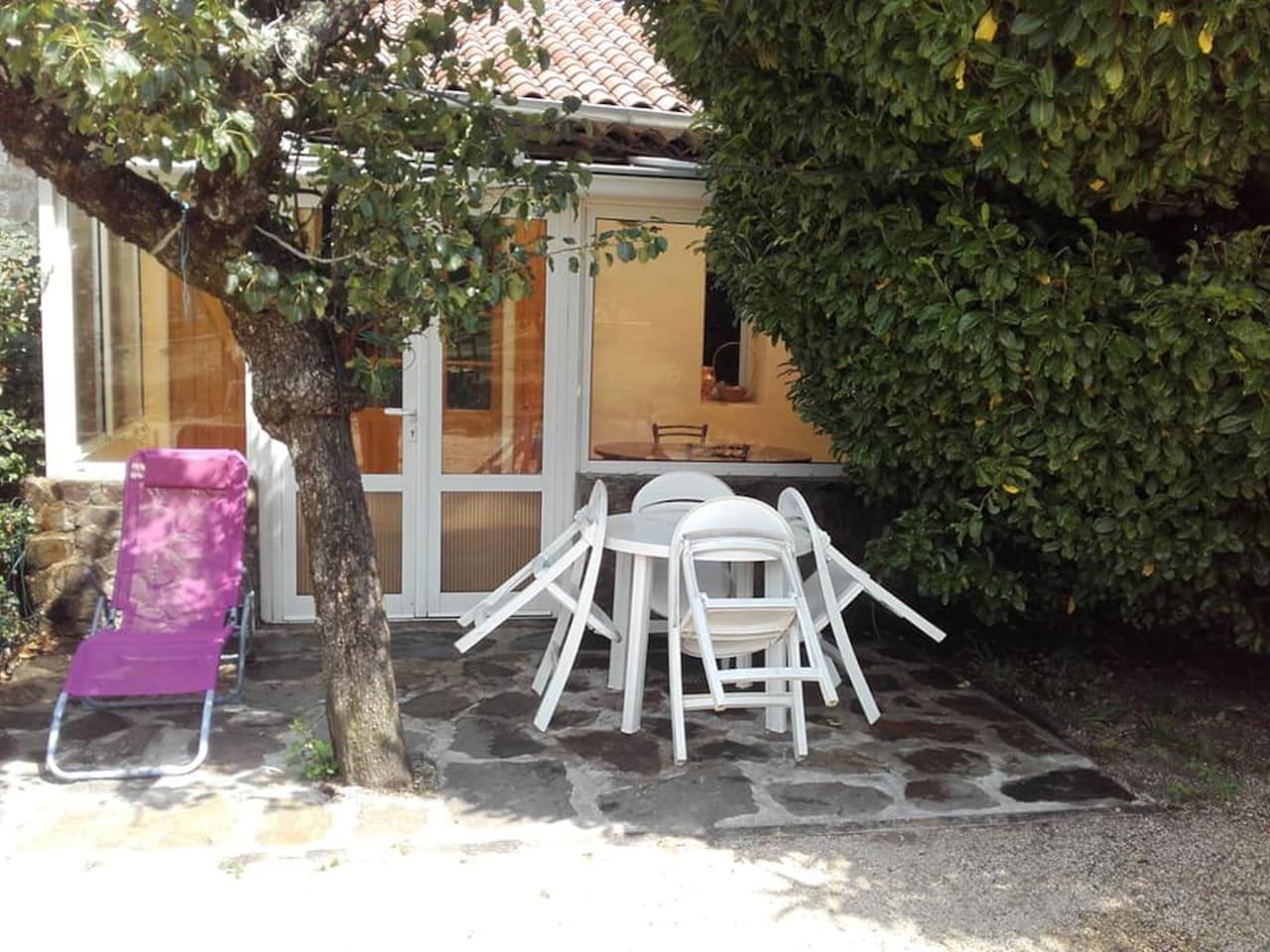 L'entrée indépendante se fait par une terrasse et une veranda