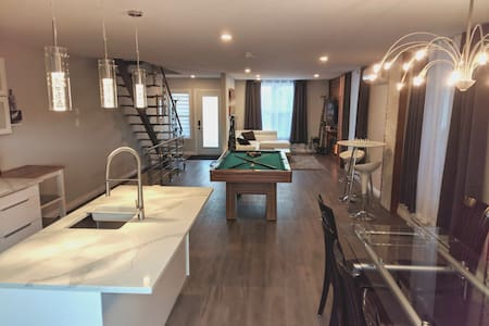 Modern townhouse with rooftop deck 4BR close to DT