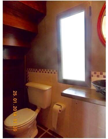 Toilette en la planta baja