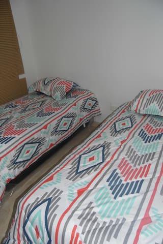 Dormitorio 2 con camas sencillas// Bedroom 2