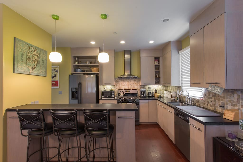 Amazing kitchen to dine and cook in.