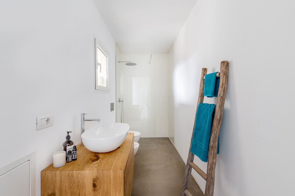 Bathroom with shower and bidèt.