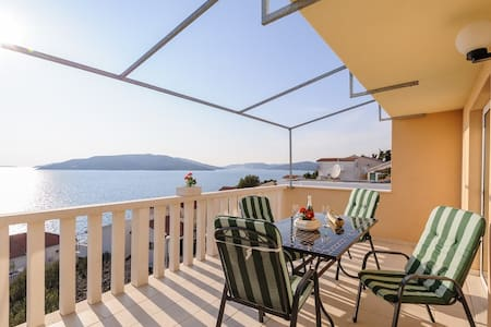 Charming ❤ apt for 2+2, 70 m to beach, sea view