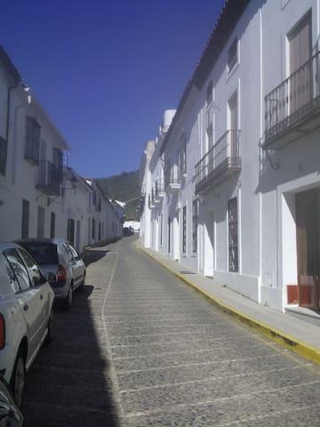 Casa de pueblo con gran patio y chimenea - Higuera de la Sierra - Hus