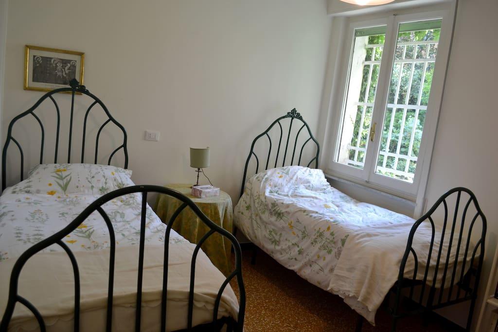 La stanza con i due letti singoli.