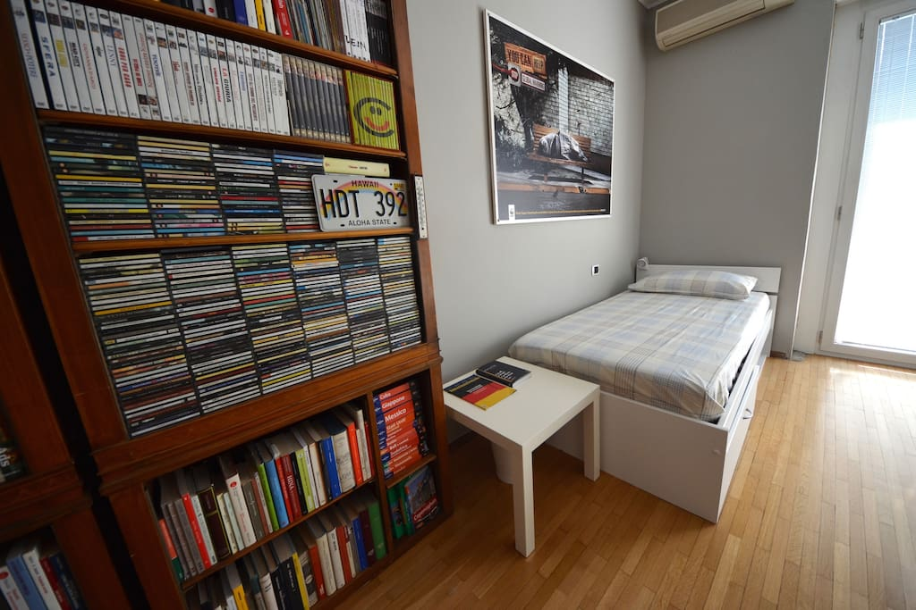 Libreria con libri, cd e dvd a disposizione durante il soggiorno