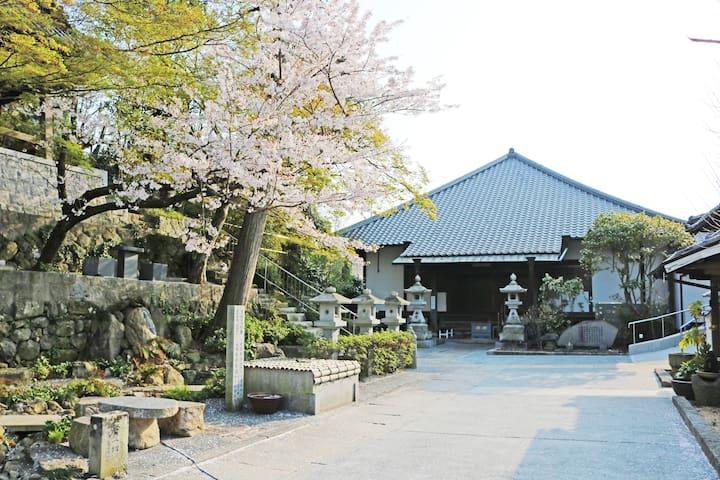400年以上の歴史あるお寺をまるごと貸切★ベッドルーム3部屋、風情ある囲炉裏、フリーWi-Fi完備