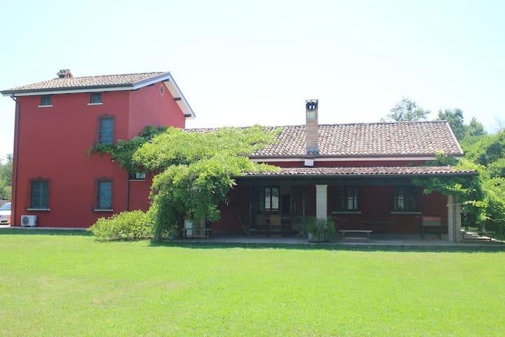 Casale in campagna con giardino - Latina