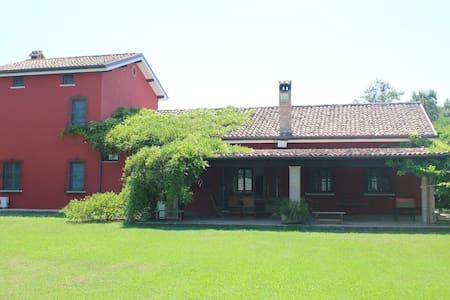 Casale in campagna con giardino - Latina - Vila