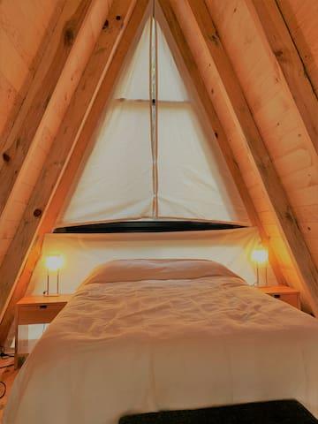 Romántico tapanco con cama Queen