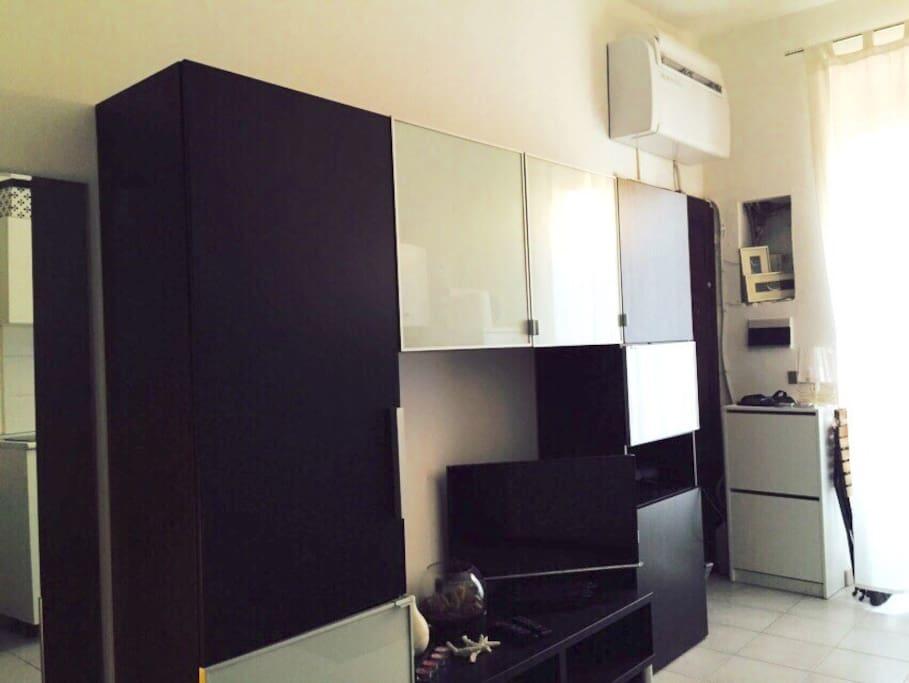 Angolo soggiorno, armadio, televisore e servizio Sky
