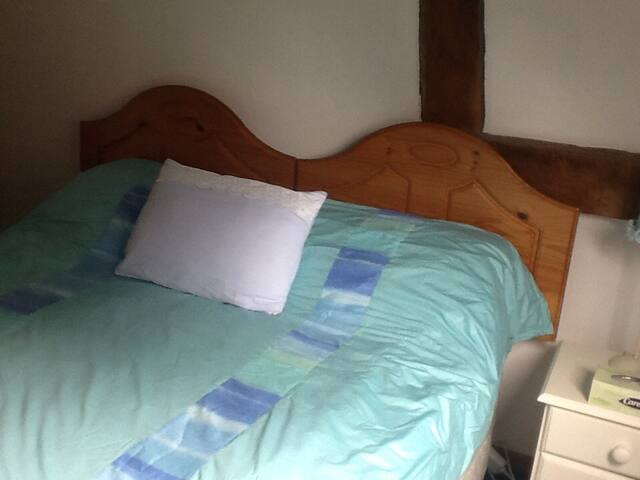 Bedroom with king size bed (can convert to two singles)