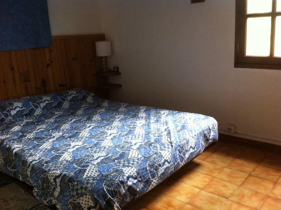 chambre avec un lit double ,possibilité d'ajouter un lit enfant