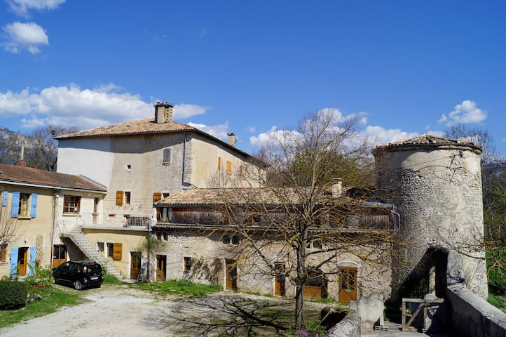 3 chambres d' hotes dans chateau - Menglon - Bed & Breakfast