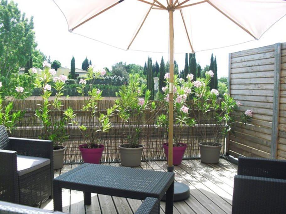 Terrasse privative avec parasol, vue bastide