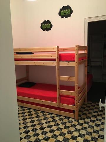Chambre enfants, lits superposés avec un lit tiroir. Alèses, couettes et oreillers anti acariens  Attention: parures de lit non fournies