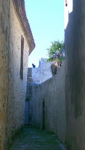ginestas: le charme de la vieille pierre et des petites ruelles fraiches sous le soleil du midi