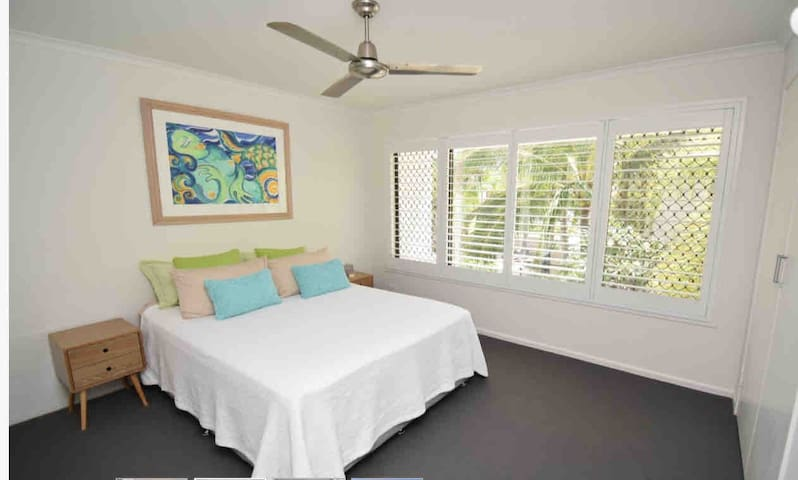 Poolside townhouse. Walk to beach and Hastings St