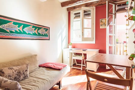 """Excellent location at Barcelona's """"El Born"""" neighborhood, 3 minutes to Picasso Museum Double bed, futon sofa, equipped kitchen and bathroom, all very nice decorated and functional.  Air conditioning, heating, Wifi and wash machine"""