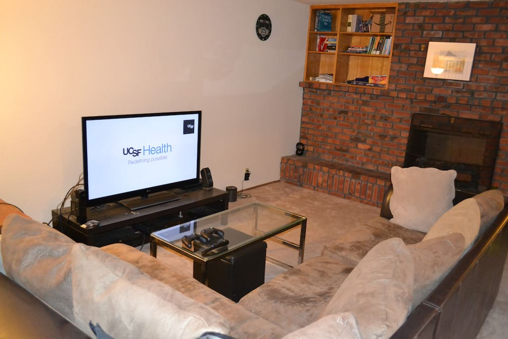 Different angle of Living Room area with a TV. Unfortunately no cabe.