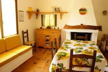 soggiorno con 2 divani, camino e tavolo con 6 sedie