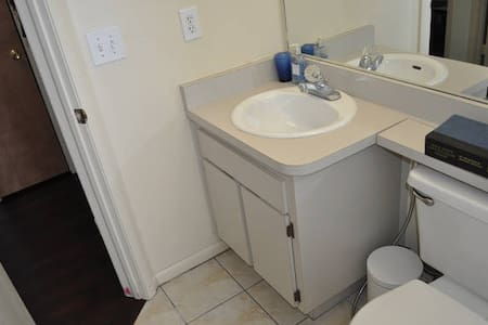Quiet room minutes from the new outlets and malls. - Tampa - House
