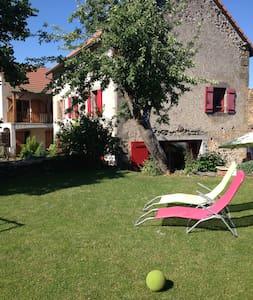 Belle maison à coté de Vulcania - Saint-Ours - Huis
