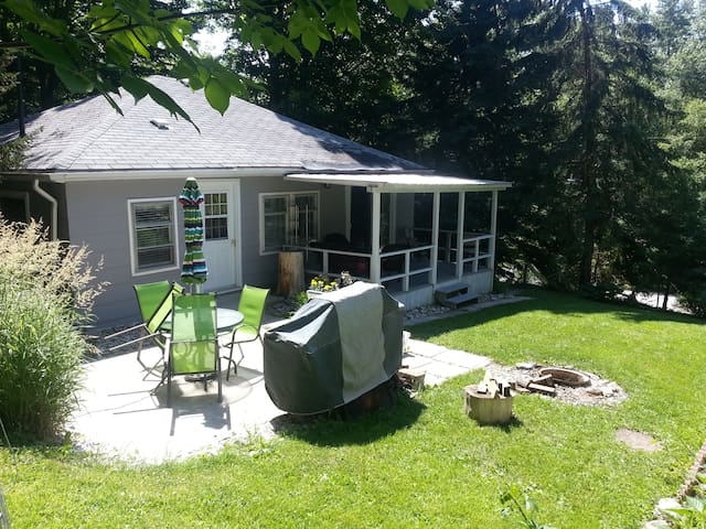 Pam's 2 Bedroom Cottage in Port Albert, Ontario - Goderich - Stuga