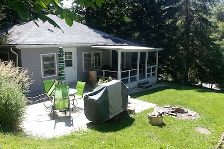 Pam's 2 Bedroom Cottage in Port Albert, Ontario - Goderich - Zomerhuis/Cottage