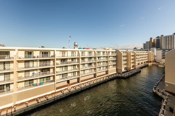Top-floor bayside condo w/private balcony and shared pool!