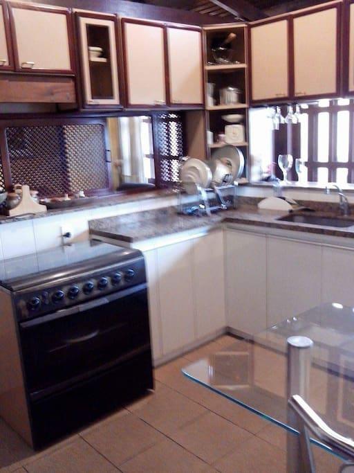 Cozinha planejada, com todos utensílios e eletrodométicos.