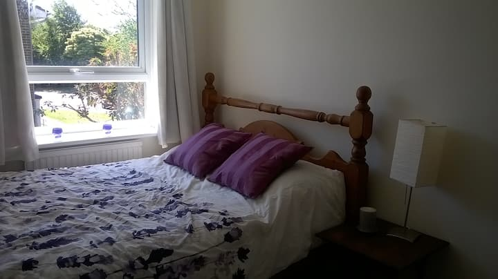 Double room in family house with private bathroom
