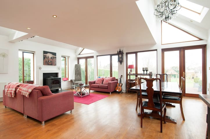 Beautiful home with large garden - Carrickmines - Ev