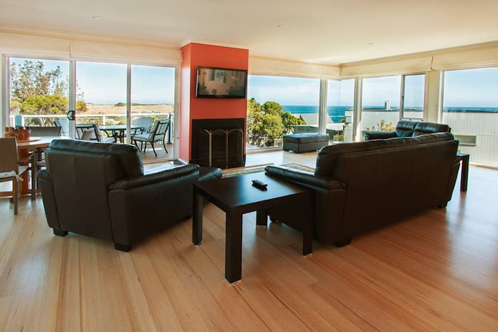 Spectacular views, mins to beach, 35 Waikiki CresC