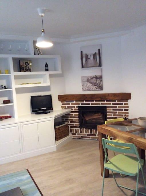 Salón-Comedor con  chimenea _ Living room with fireplace