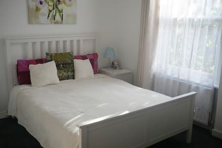 Double bedroom  in 2 bed apartment in West London