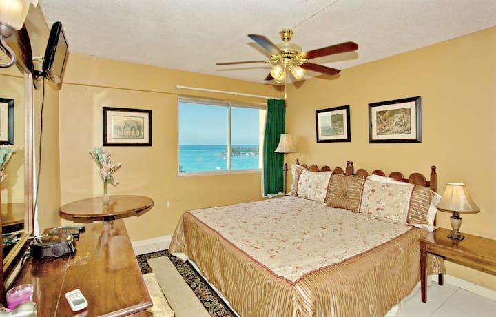 GREAT LOCATION, 2 MINS TO BEACH, SEA VIEW, Balcony, King Bed, 2 Sofa Beds, 1 Bdrm, (TBT17A)