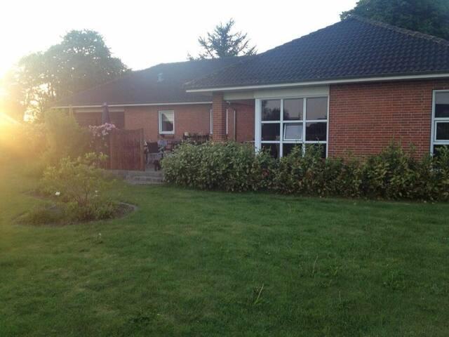 Stort familievenligt hus med dejlig ugenert have.