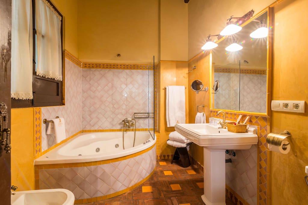 Amplio baño privado con bañera hidromasaje