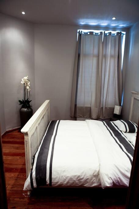 Vue de la chambre et de la literie très confortable.