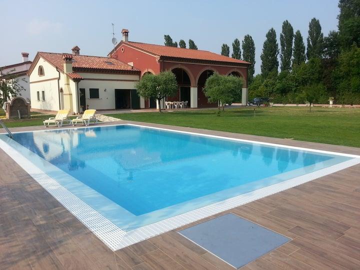 Villa con piscina Flora's House