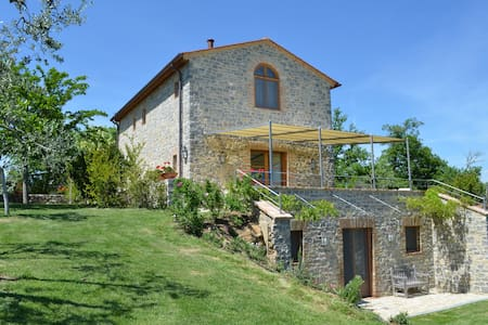 Hilltop Tuscany Villa with private, heated pool - San Gusmé - Villa