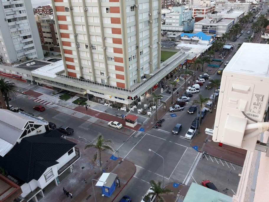 """Pleno Centro: 2 cuadras de Playa El Emir, 2 cuadras del Puerto, 2 cuadras de """"Los Dedos"""", 2 cuadras de Playa """"Mansa"""", 2 cuadras de la Plaza de los Artesanos"""