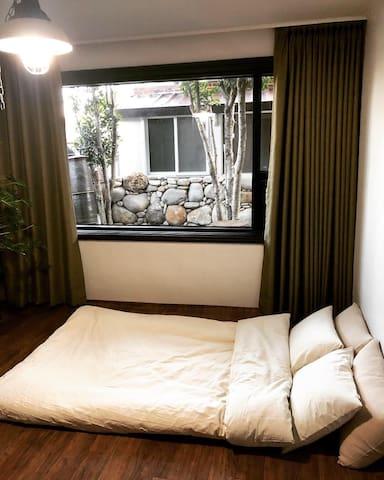 게스트룸 A입니다.   1층 전체 공간을 다 사용하실수 있습니다.  1층에는 게스트룸 2개와 샤워실, 화장실, 정원이 보이는 거실과 커피 머신이 구비된 주방공간이 있습니다.  아침 조식 포함 UCC 커피 무료 제공