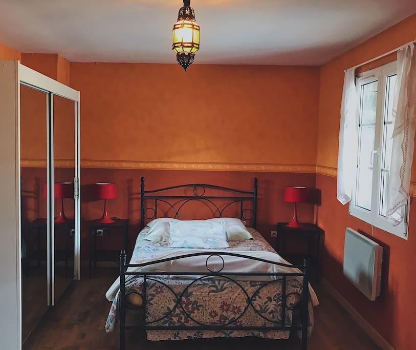 Le lit double dans la chambre supplémentaire avec rangements et accès à la terrasse