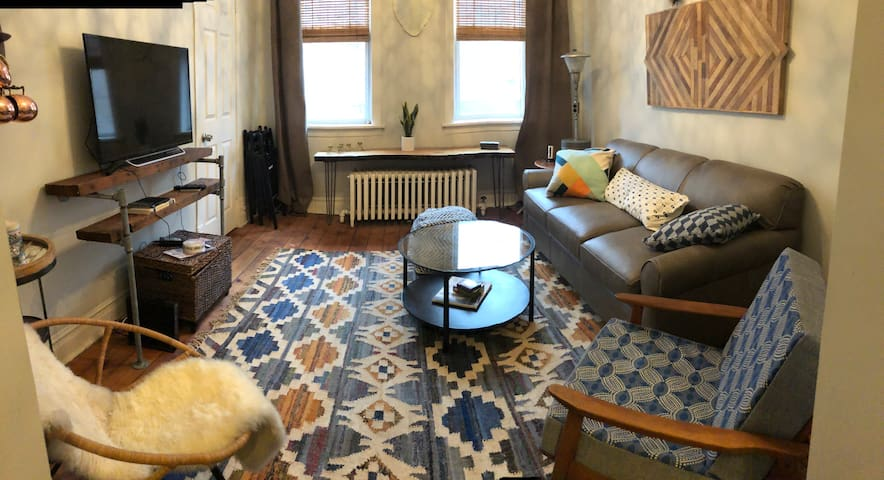 Huron Hideaway: Vintage 2BR Near United Center